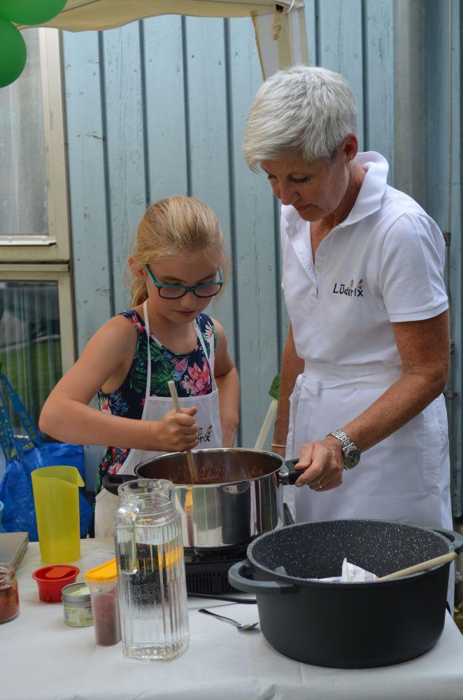 Ein Mandel-Stand war auch dabei: unter Anleitung von Bernadette Schwemer brannten die Kinder die Mandeln selbst und verkauften unzählige Päckchen an die vielen Gäste